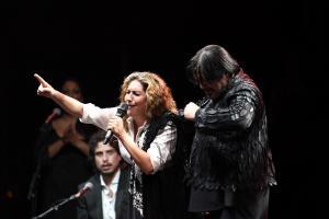 Estrella Morente con Antonio Canales en un momento del espectáculo, en el que la acompañó también su hermano Enrique.