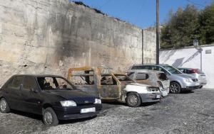 Hasta coches calcinados hay junto a la histórica muralla.