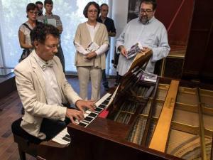 El director de la Alhambra ensaya en uno de los claves.