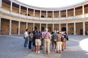 Grupo de visitantes en el Palacio de Carlos V.