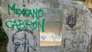 Fotografía del boletín del Bajo Albaicín que refleja el deterioro de los murales.