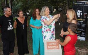La alcaldesa pone la medalla de la ciudad a la viuda de Camarón.