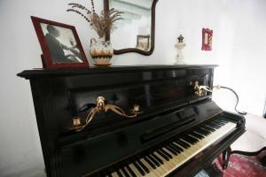Piano en una de las estancias de la casa natal de Lorca en Fuente Vaqueros.