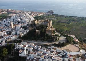 Imagen del Castillo de Salobreña y su casco antiguo.