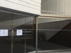 Carteles de cerrado en el Centro Lorca de la Plaza de la Romanilla.