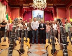 Participantes del concurso de guitarra, junto a José Antonio Huertas y Vicente Coves.