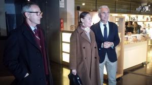 El consejero de Cultura (derecha) con Laura García Lorca y el secretario de la Fundación Lorca.