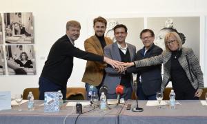 Responsables institucionales unen sus manos tras presentar el acuerdo.