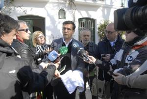 Cuenca atiende a los periodistas a las puertas de la Huerta de San Vicente.