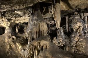 Interior de la Cueva de las Ventanas, que también alberga un escenario.