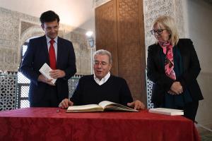 El poeta, este martes, con el alcalde y la concejala de Cultura.