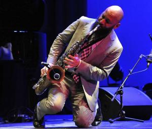 El saxofonista se luce en el escenario.