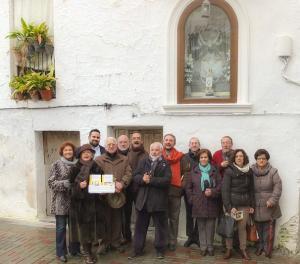 Organizadores de Patrimonio de Lanjarón, junto a la hornacina de la Virgen de las Angustias.