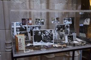 La exposición sobre Javier Egea se ha inaugurado en la Biblioteca del Hospital Real.