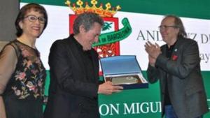 Miguel Ríos con Joan Manuel Serrat al recibir el premio.