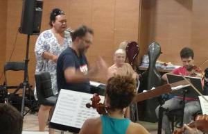 Falete, en el ensayo con la Orquesta Sinfónica de Atarfe.