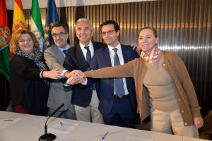 Laura García Lorca celebra con el alcalde de Granada, el consejero de Cultura, el representante del Ministerio y la diputada provincial la firma del acuerdo.
