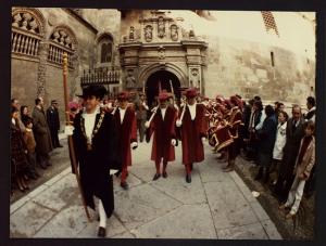 El alguacil mayor y cuatro maceros abren la procesión cívico religiosa saliendo de la Capilla Real, en una foto de los años ochenta del siglo pasado.