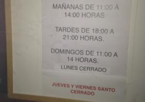Cartel advirtiendo del cierre del Centro Lorca el Jueves y el Viernes Santo.