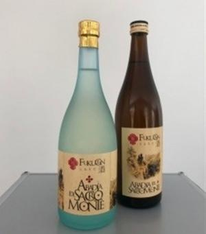 Botellas de sake con el nombre de Abadía del Sacromonte.