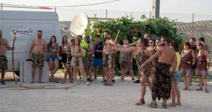 Concursos y actividades con vestimentas trogloditas.