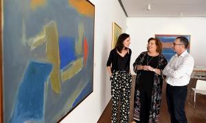 Ana Doldán, Fátima Báñez y Paco Baena, junto a una de las obras de la muestra.