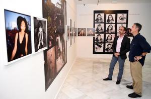 Santiago Bueno (dcha.) observa algunas de las obras.