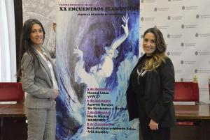 Lucía Garrido (dcha.) y Marian González, junto al cartel del festival.