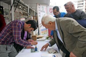 Una estafeta de Correos en la Feria del Libro permite adquirir el sello conmemorativo y matasellarlo.