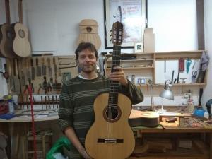 El luthier Stephen Hill muestra la guitarra que dona para el segundo premio del certamen.