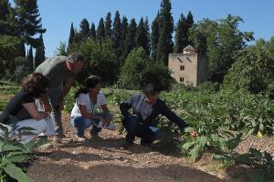 El director del Patronato, Reynaldo Fernández, junto a la responsable de Bosques, Jardines y Huertas, Catuxa Novo,y monitores y trabajadores de este programa.