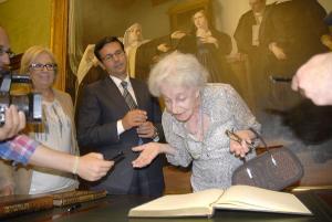 Ida Vitale ha firmado en el libro de honor de Granada.
