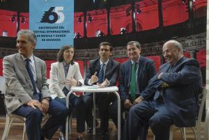 Los representantes de las instituciones con el director del Festival en la inauguración de la exposición.