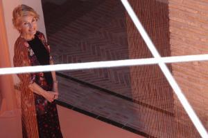 Soledad Sevilla, en la instalación Casa de oro, en la que hilos de cobre se proyectan originando efectos cambiantes a lo largo del día.