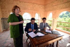 Máximos representantes de Diputación y la Alhambra firman el acuerdo.
