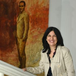 Inmaculada López Calahorro posa junto a un cuadro de Lorca.