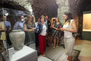 La delegada del Gobierno andaluz y la alcaldesa durante la visita.
