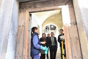 Además de las pinturas murales, se están restaurando ventanas y puertas de madera.