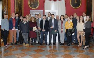 Participantes y representantes municipales en la presentación de la Noche en Blanco.