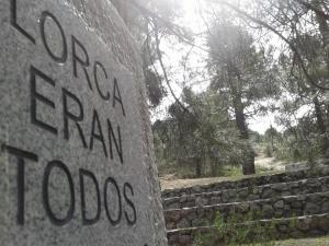 Monolito en recuerdo de Federico en el barranco de Víznar.