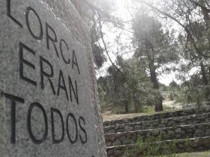Monolito en el Barranco de Víznar.