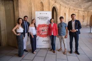 La consejera el delegado de Cultura y algunos de los integrantes del Ballet de Andalucía.