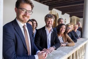 Heras-Casado, con la rectora y el resto de autoridades, en la presentación de los Cursos Manuel de Falla.