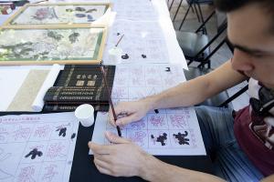 Entre las actividades de las que se ha disfrutado, caligrafía china.