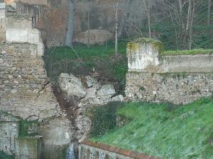 Imagen del muro derruido parcialmente.