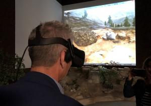El consejero de Cultura observa la reconstrucción en 3D del yacimiento.