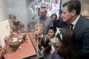 El alcalde de Granada, en la nueva exposición del Parque de las Ciencias.