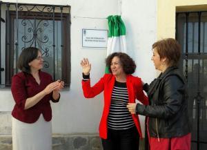 Pilar Aranda, tras descubrir el rótulo con su nombre en la nueva aula de formación en Válor.