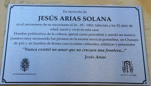Placa de homenaje a Jesús Arias.