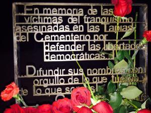 Primera placa de homenaje a los fusilados en la tapia del cementerio de Granada.